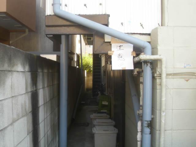 「注意」の貼り紙のある外階段