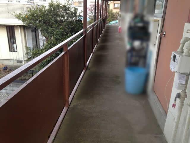 アパートの共用廊下床面