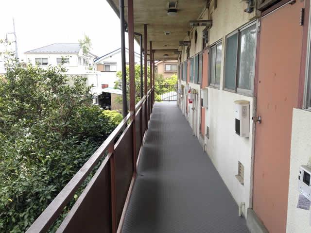 アパート共用廊下にタキスロトン