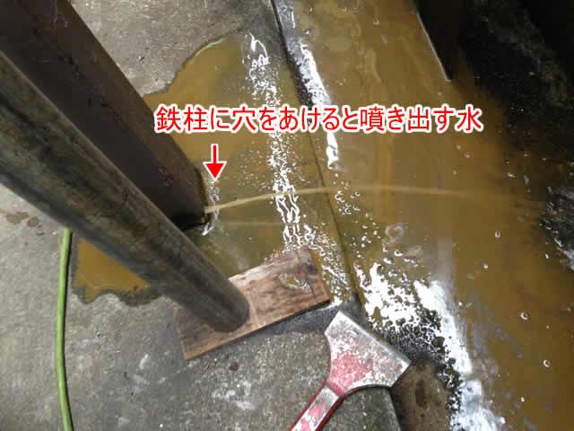 鉄柱からサビ水