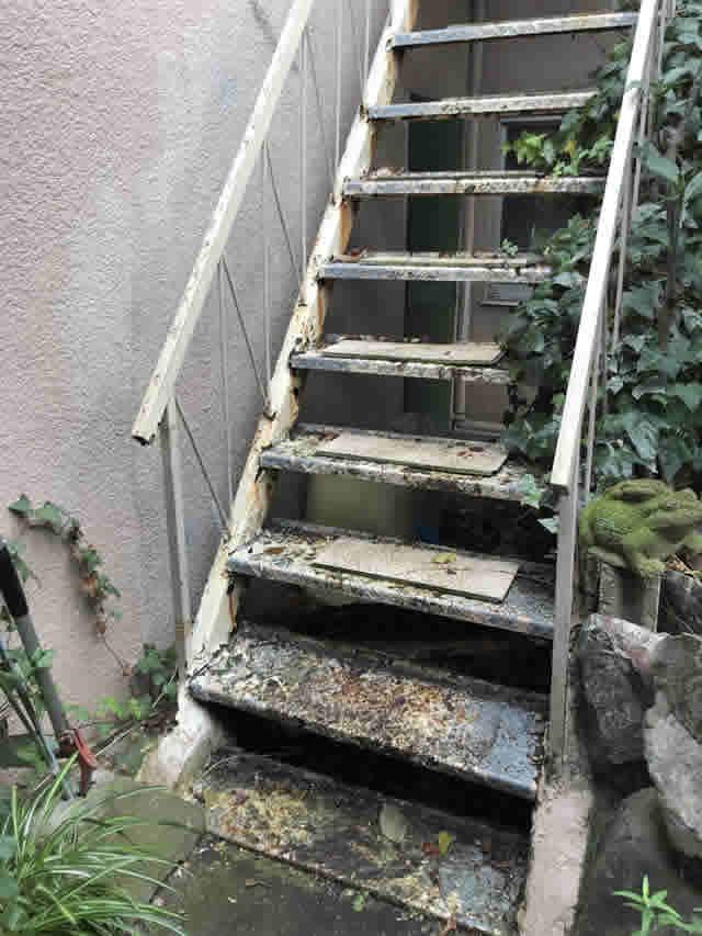 グラグラして危険な鉄骨階段