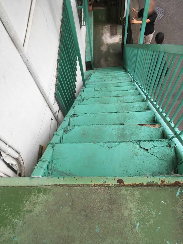 老朽化した外階段