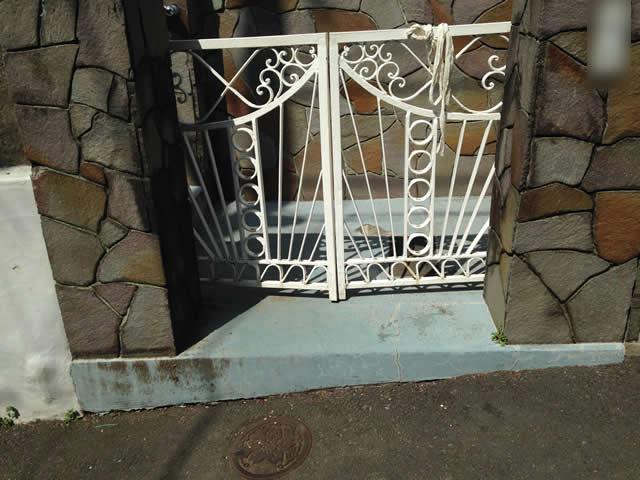 玄関前の門扉