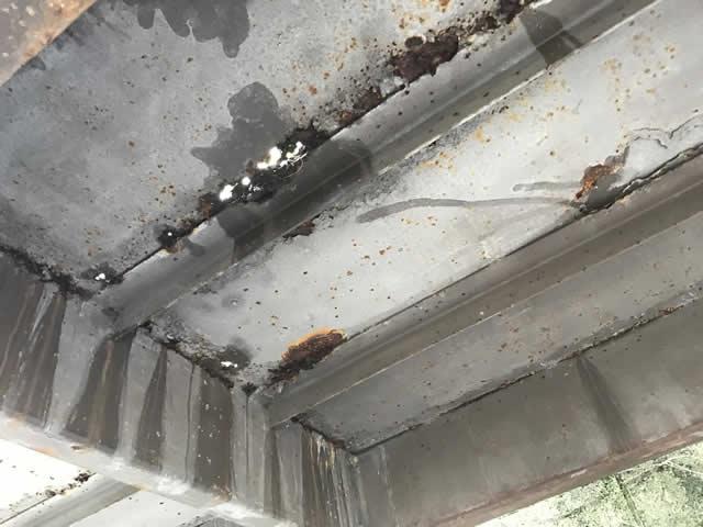 踊り場縞板鋼板を裏から見る(腐食穴)