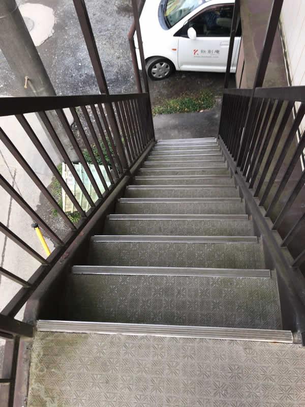 外階段を上から見ている