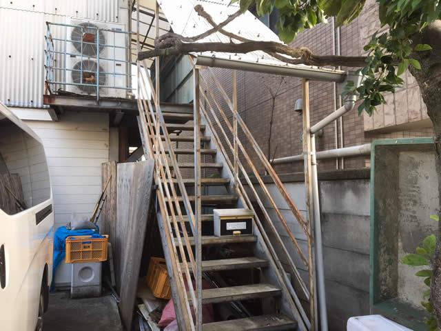 抜けそうな床が接続された階段