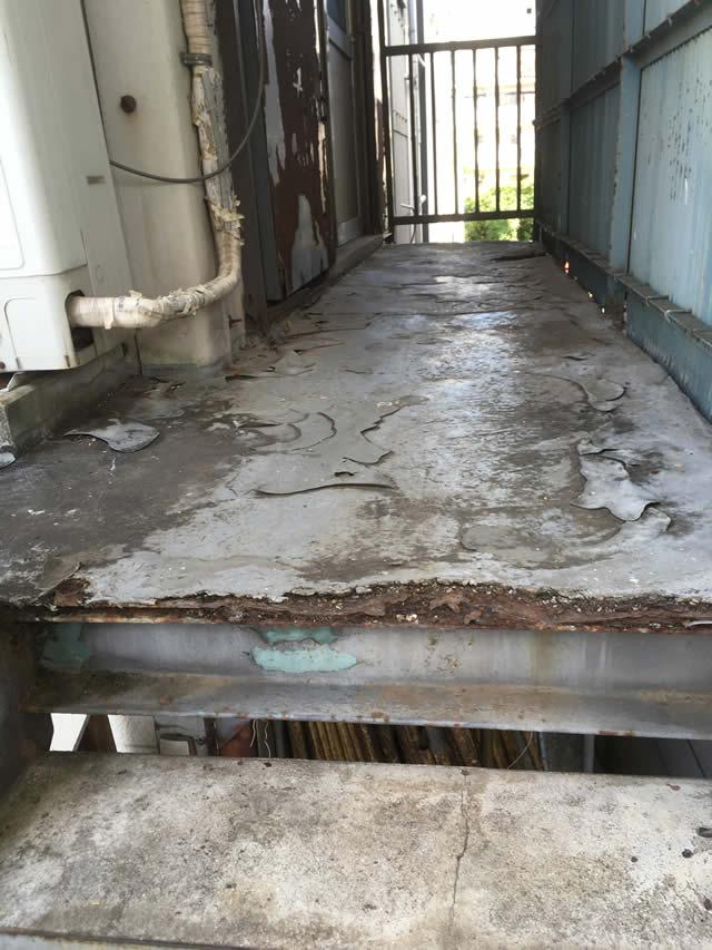 床抜けが危惧される外廊下