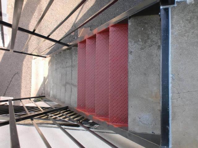 鉄階段の部分的な補修工事